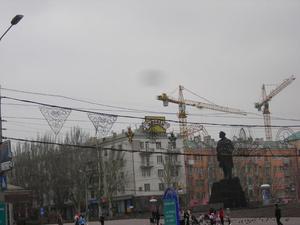 Памятник Ленину, куда же без него.