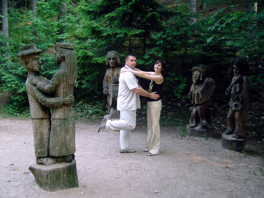 Скульптур деревянных много. Темы разные.