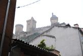 Замок Фуа в тумане, вид из города