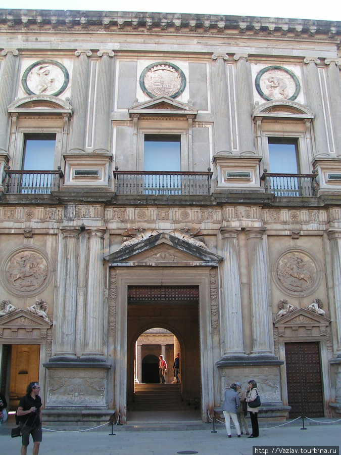 Вход во дворец