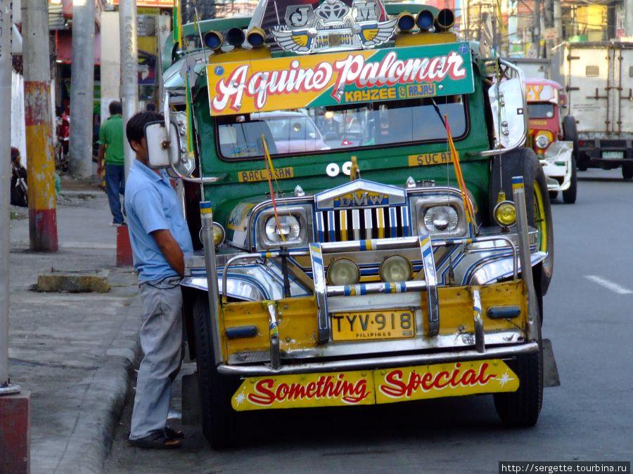 Кто догадается? Что делает водитель джипни. Это тоже привычная картина для Манилы