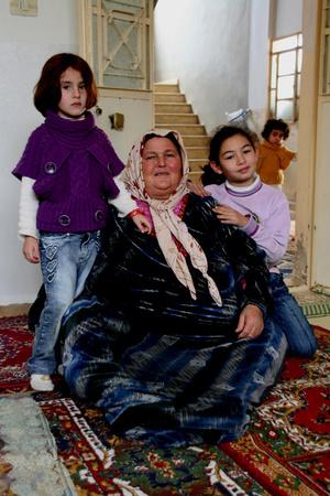 женой и дочерьми хозяина.