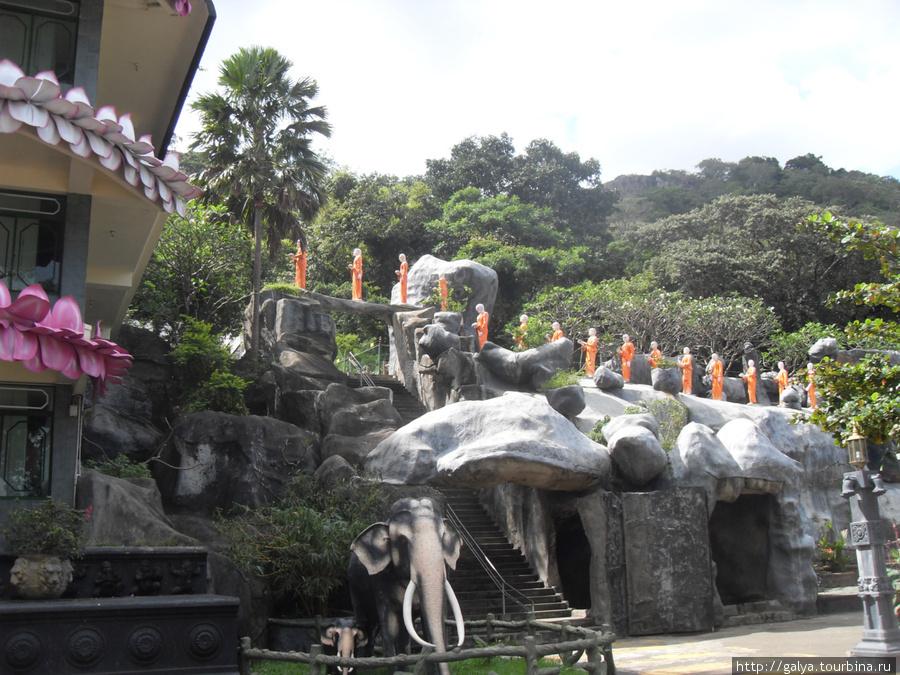 Эти поднимающиеся монахи — статуи. Мне очень нравится.