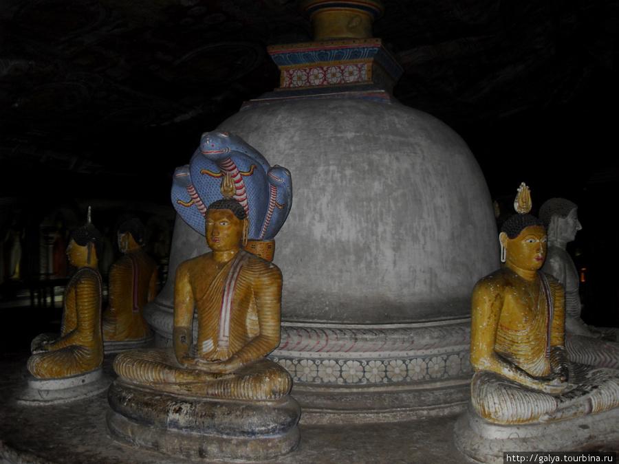 Это царь змей, закрывающий Будду от дождя, чтобы дождь не помешал медитации
