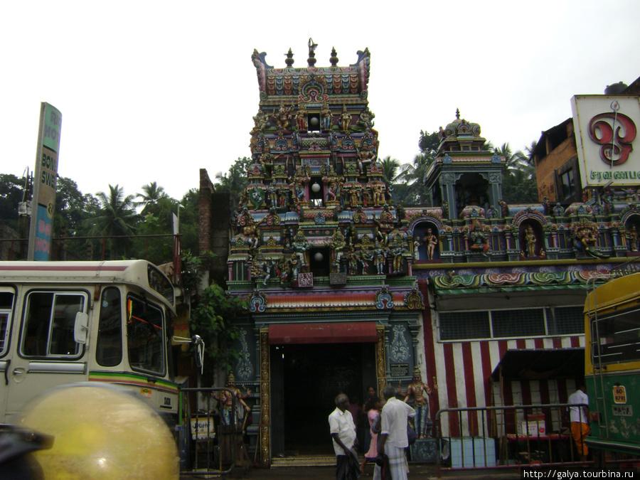 А это тоже какой-то красивый индуистский храм. Но тоже по дороге, и туда не заходили.