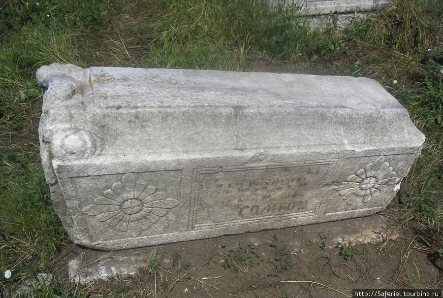Старинная могила