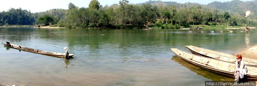 Вид с противоположного берега реки Nam Khan на лодж, утаившийся за кустами
