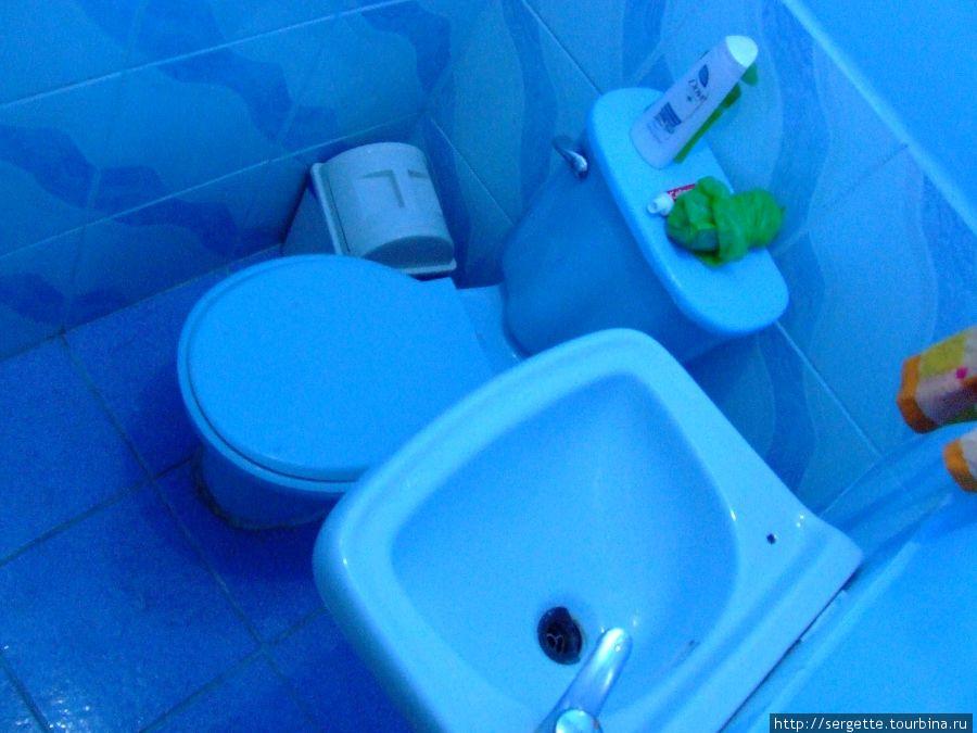 Микросанузел в номере, слева еще есть душ