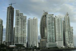 Один небоскреб подпирает другой — так и стоят