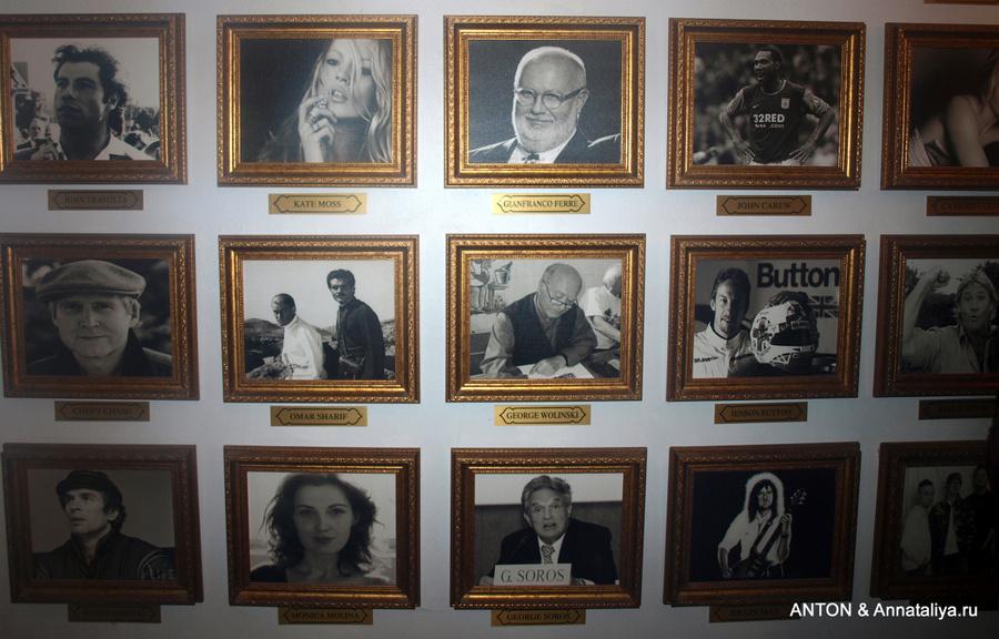 Фотографии знаменитостей на стене в холле