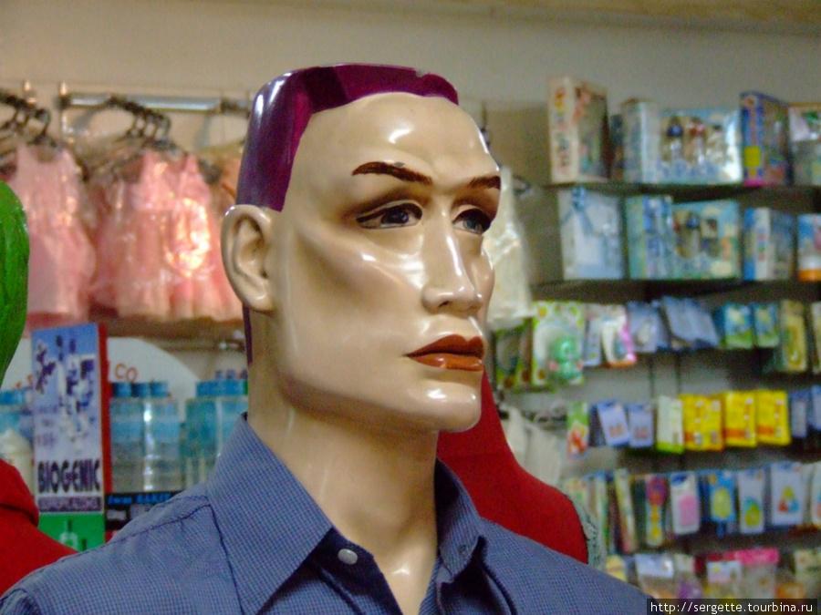 В магазине. Женские манекены нориальные а мужские почему то страшноваты, сначала подумал что это Шварценегер