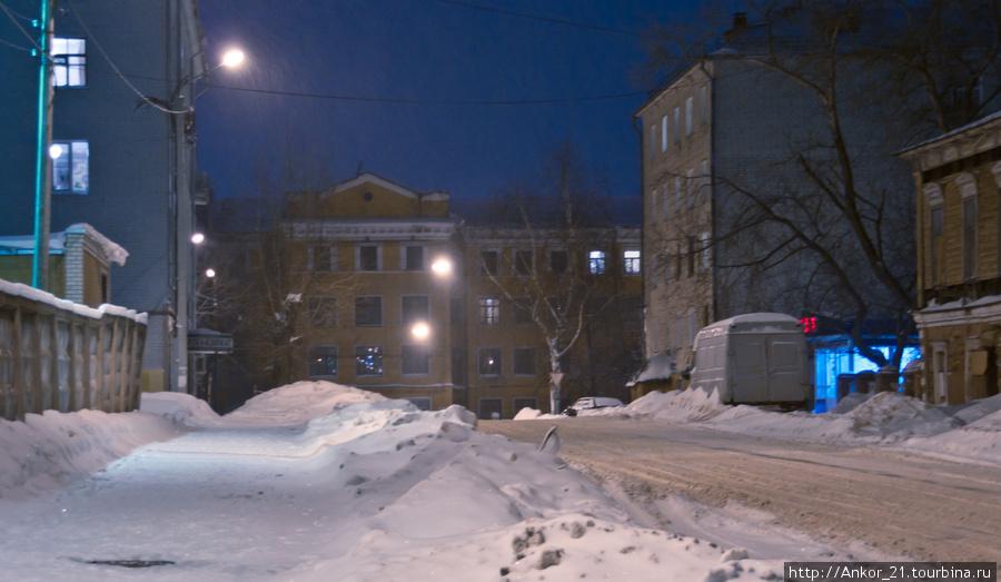 Окончание улицы Спасская как бы запечатано жилым сталинским домом, дальше пути нет.