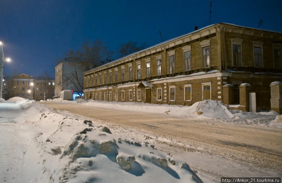 Первое значимое сооружение, а точнее, целый ансамбль зданий когда-то принадлежали Вятскому земскому и реальному училищу.