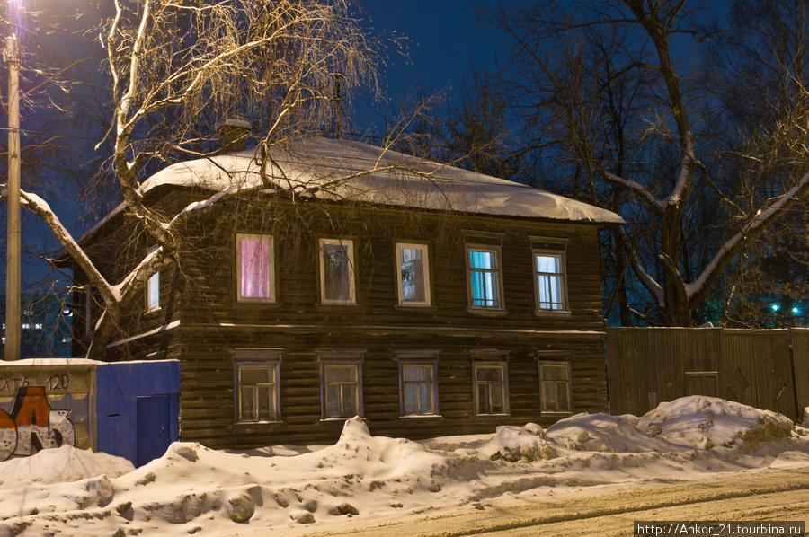 Напротив одиноко приютился двухэтажный деревянный флигелек.