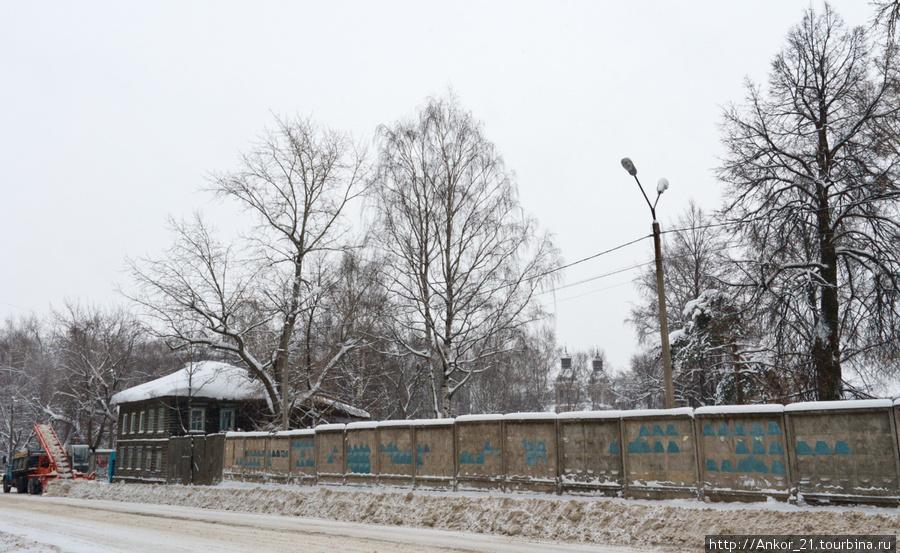 Дом Лаптевой разрывает и одновременно замыкет собой длиннющий бетонный забор.