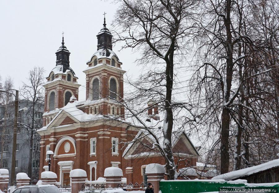 Новый католический храм был возведен по просьбам вятской польской общины и каким-то чудом сохранился до наших дней.