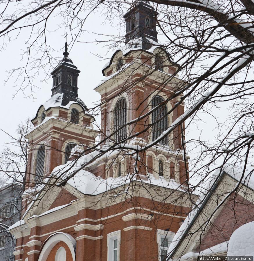 В то время, когда продолжали рушиться и уничтожаться церкви по всей России, в алтаре Александровского костела монтировали орган, привезенный из Германии.