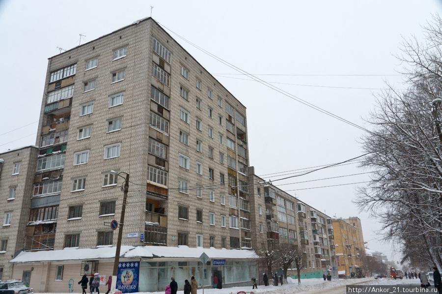 Далее следует целый квартал из светлого советского прошлого, который абсолютно серый.