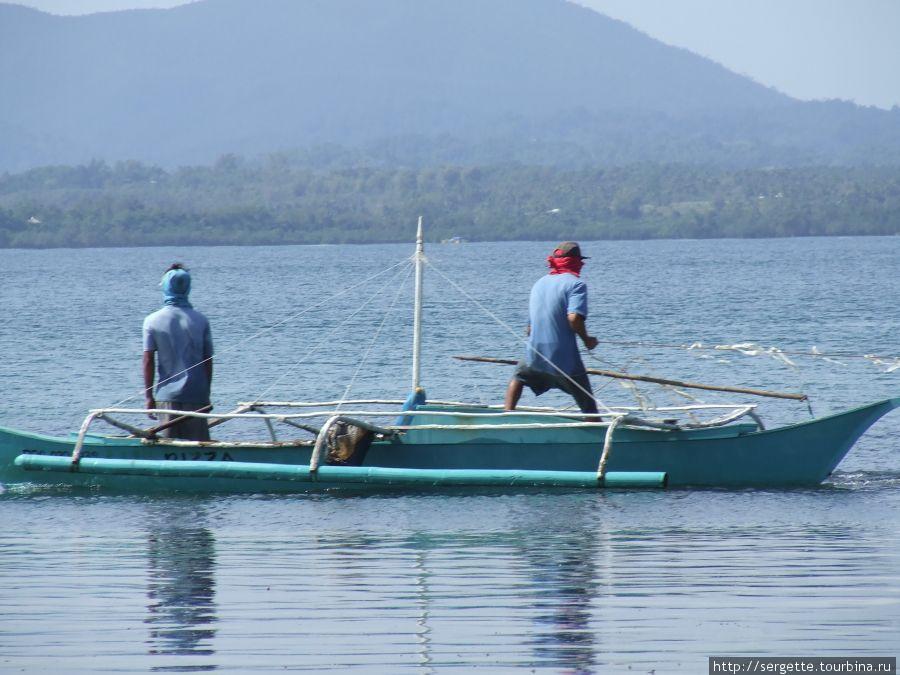 Рядом рыбаки закинули сеть