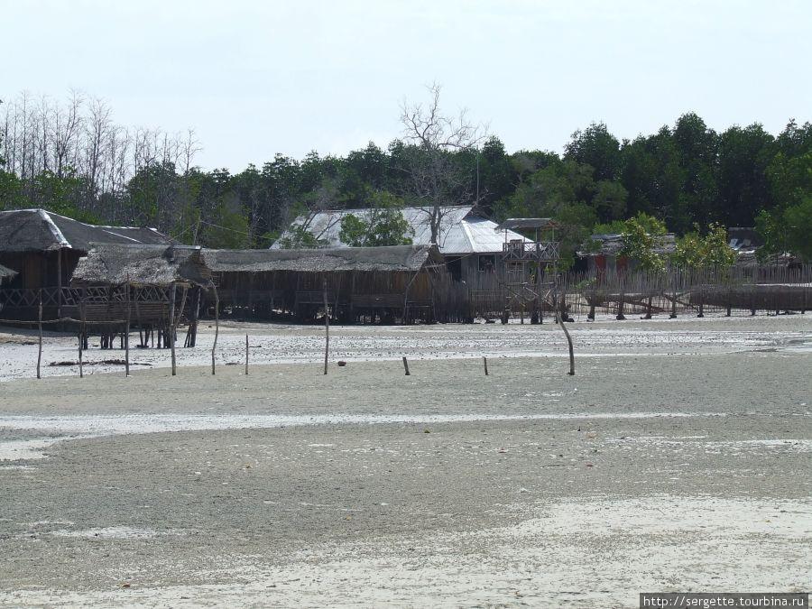 В отлив вода уходит далеко, потому что берег пологий