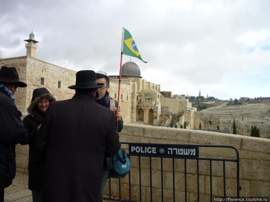 Остается только гадать, какой путь к Стене проделал этот подросток с бразильским флагом