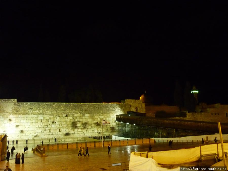 Стена открыта для посещения 24 часа в сутки 365 дней в году