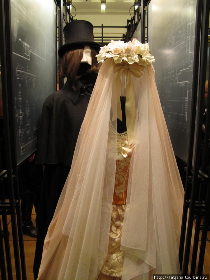 А это жених и невеста! Вот здесь им вечное место!