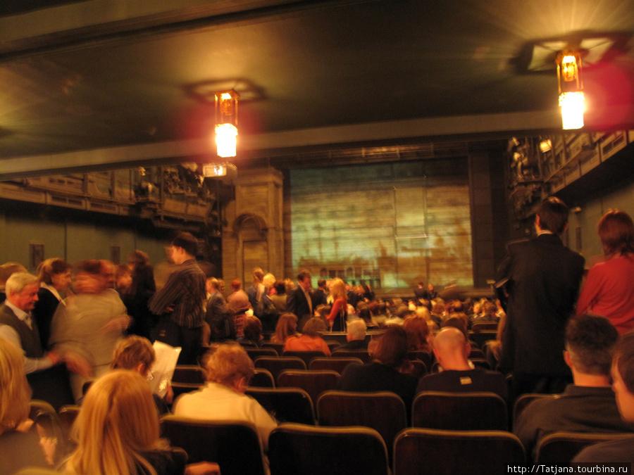 ну такой малюсенький зал ....(((( только Ленин  и комсомол  здесь бы давно за расширение восстал!