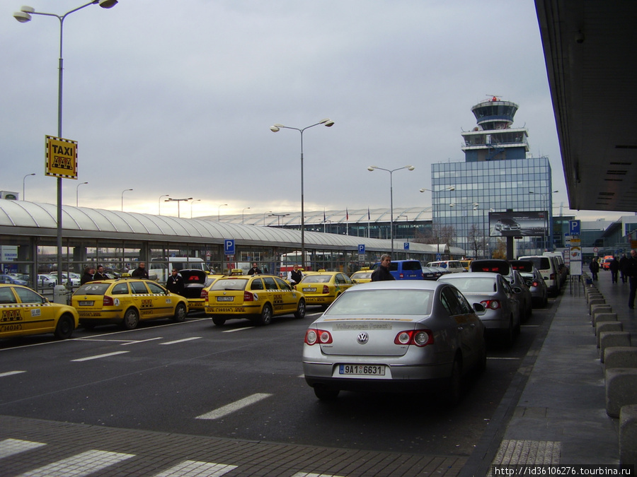 Стоянка такси при выходе из аеэропорта. Желтые — обычные, серые с фиксированной ценой.