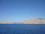 Вид пустынных берегов острова Сими с воды