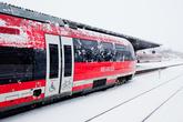 Но и «сервис» другой. Сравнивать эти поезда с нашими пригородными электричками никак не получается, хотя дальность следования у них примерно одна. Впечатляет высота посадки — платформы в 2-3 раза ниже наших, и зазор между вагоном и платформой не такой жестокий.