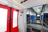 Внутри в вагонах довольно чисто для зимы. Поезд состоит из четырех вагонов: двух ведущих (или как правильно?) и двух ведомых. В передней части установлен дизельный двигатель, поэтому тут пол приподнят.