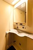 В каждом поезде есть цивилизованный туалет. Чем-то напоминает туалет в самолете, но в три раза просторнее.