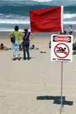 Красный флаг на пляже -купаться запрещено!