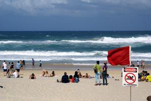Пляж есть, а купаться на нем нельзя — шторм!