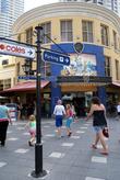 Пешеходная улочка в центре Серферс-Парадайз