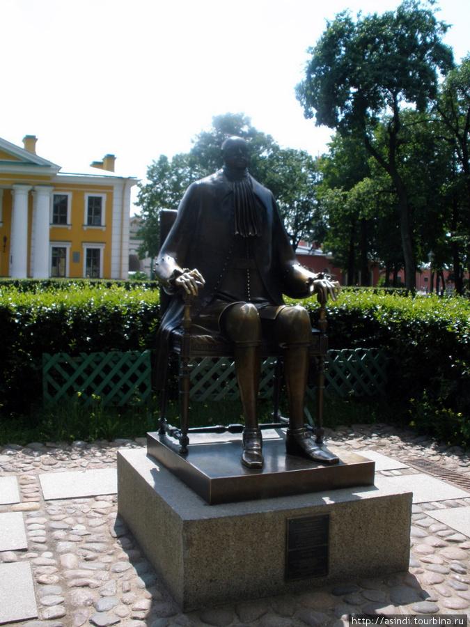 у площади перед Гауптвахтой в 1991 году появился памятник Петру I работы Михаила Шемякина