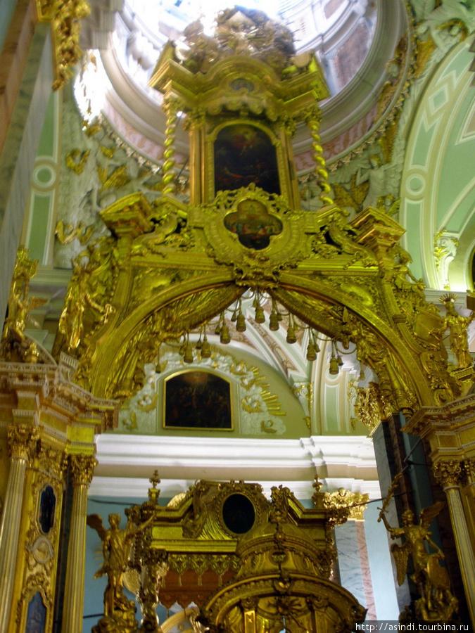 Иконостас Петропавловского собора имеет форму триумфальной арки- символ победы России в Северной войне
