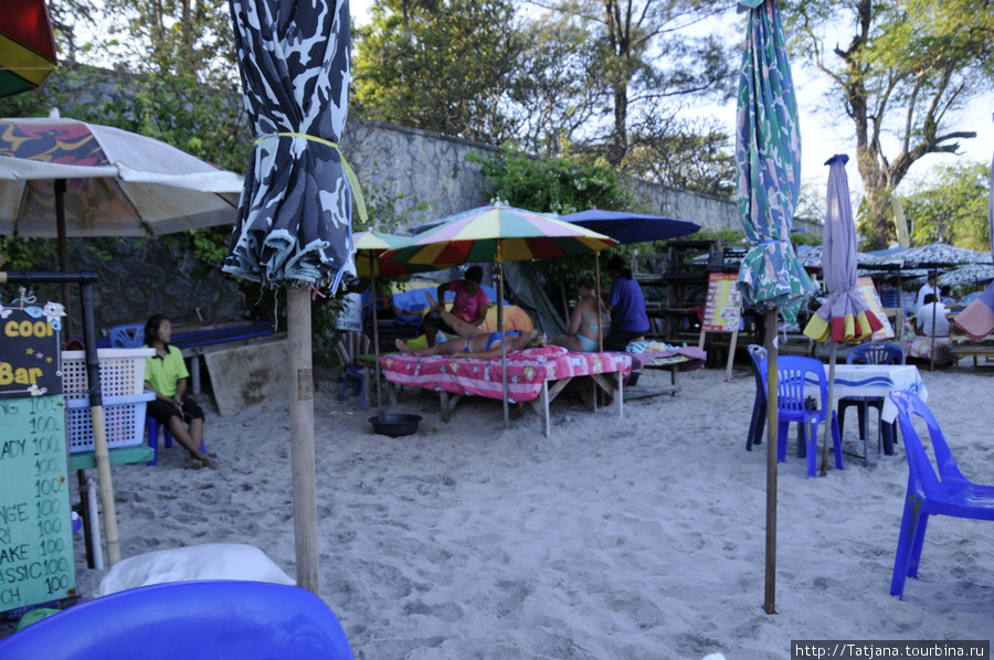 где кафешки на пляже -там же рядом и массажные зонтики