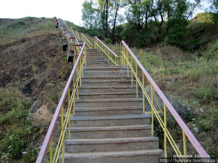 От пляжа в гору поднимается крутая лестница с бетонными ступеньками, металлическими перилами, и площадками со скамейками для отдыха. Площадок много, так как подниматься по такой