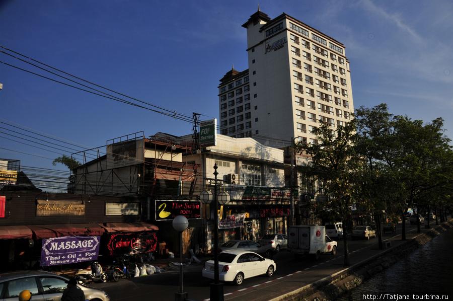 Отель AMORA  и салон слева. А в  самом отеле цены были в два раза больше.