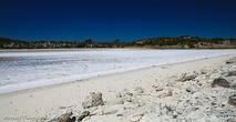 Мелкая волна взбивает пену, которая разлетается метров на 50 от берегов озер.