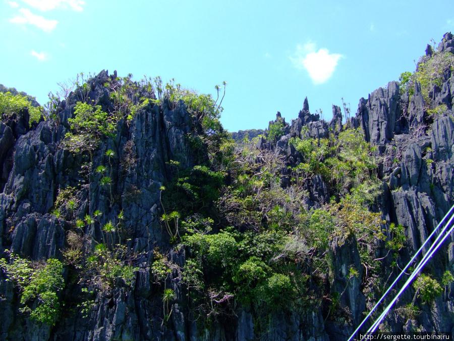Берега острова Минилок изрезаны причудливыми скалами