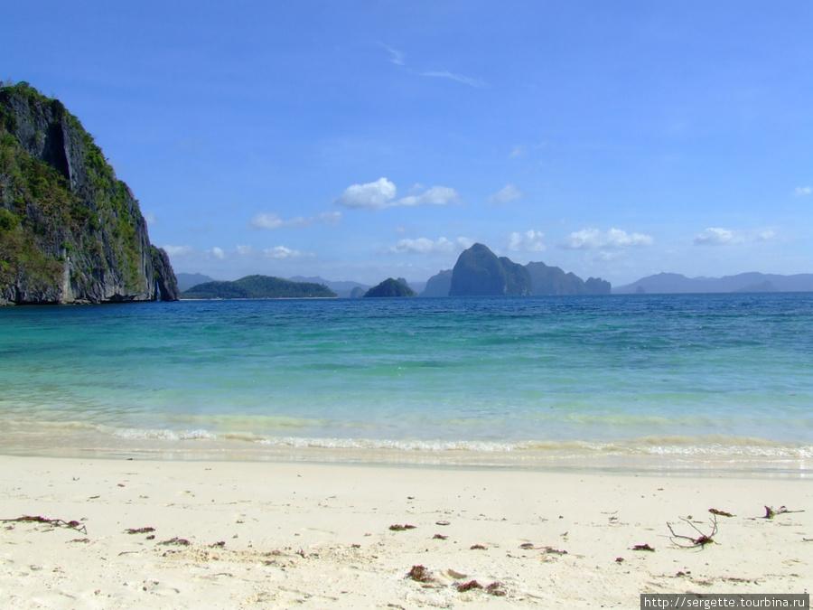 Рядом с этим пляжем и живет с мамой наш капитан