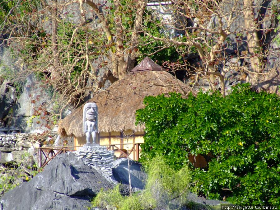 На склоне горы дом а рядом вот что. Может быть этл Коронг Коронг. Знать бы еще историю итрадиции этого народа