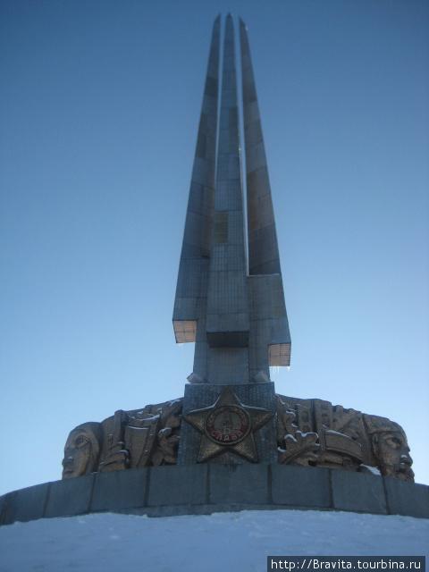 4 штыка, устремленные в небо, и барельефное изображение воинов и партизан.