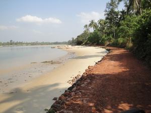 Ехали долго, путаясь и спрашивая дорогу. По джунглям, деревням и вдоль берега.