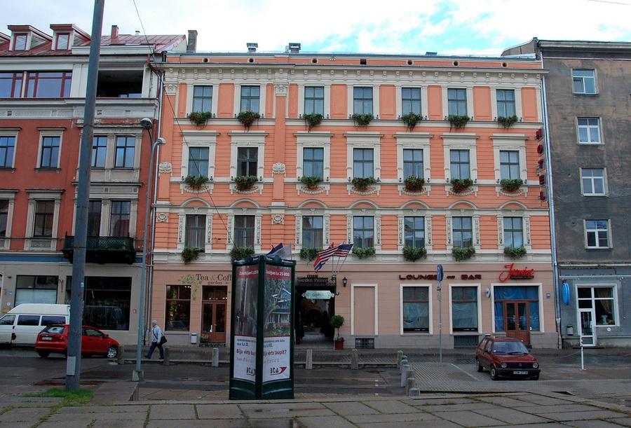 Отель здание по центру персикого цвета