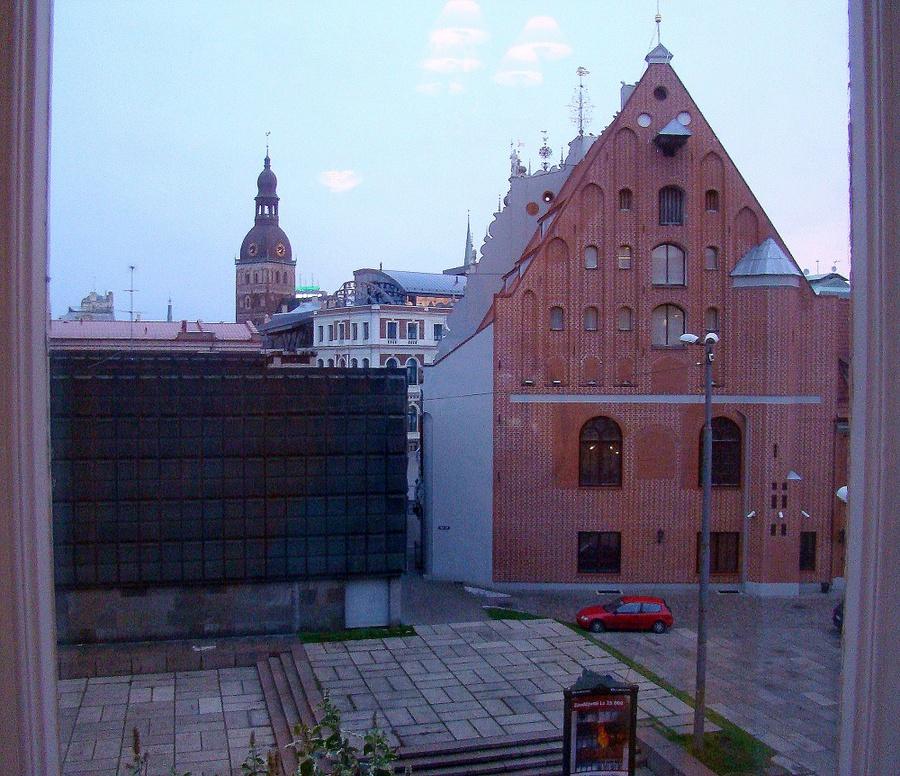 Вид из окна номера.  Справа музей оккупации, слева  дом Черноголовых.