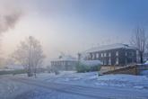 Из-за этого весь город погружен с морозный смог, а свежевыпавший снег на следующий день становится серым.